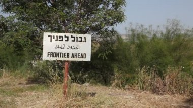 Frontier ahead sign in three languages on the border between Israel and Jordan — Stock Video