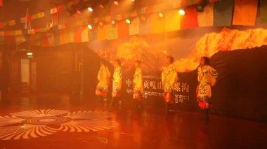 Danças folclóricas de tibeto-chinês em moxi, china — Vídeo stock