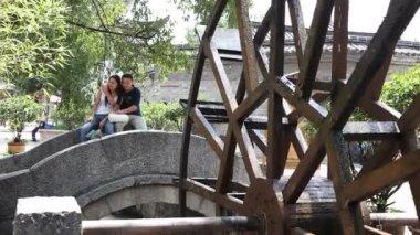 Amor y romance en la antigua ciudad de lijiang en la provincia de yunnan, china — Stockvideo