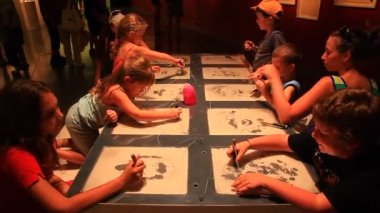 Kids paint faces with magnetic pen at the Eretz Israel Museum — Stock Video