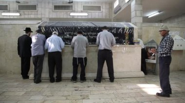 Oraciones se reúnen en la tumba saly baba — Vídeo de stock