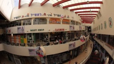 People wander around the Dizengoff shopping center — Stock Video