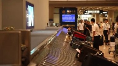 Travelers claim their luggage at the airport — 图库视频影像