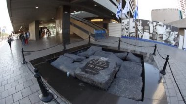 People gather around the Rabin Memorial — Vídeo de stock