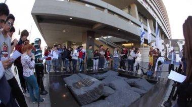 Menschen versammeln sich um das rabin memorial — Stockvideo