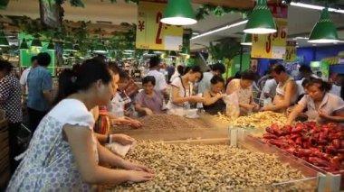 Chinese females in Chengdu supermarket — Stock Video