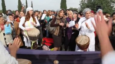 Women sing and plays drum in a religious ceremony — Stock Video
