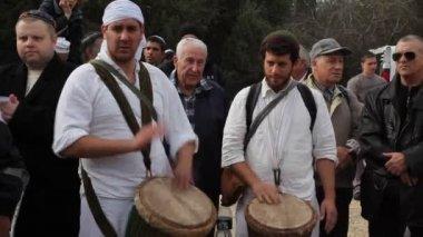 Homens judeus se reúnem em torno de como algumas jogadas tambores em uma cerimônia religiosa — Vídeo Stock