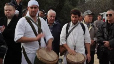 Uomini ebrei si riuniscono attorno come alcuni giochi la batteria in una cerimonia religiosa — Video Stock
