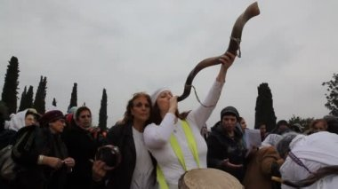 Jewish woman blows into long horn towards the sky — Stock Video