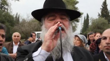 Rabbi Mamo Shalita leads a chant — Stock Video