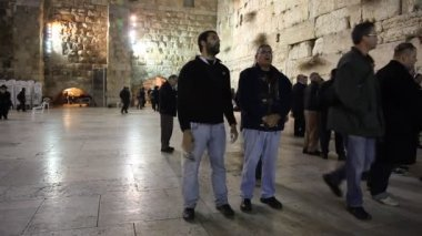 People sing and pray at the Western Wall — Stock Video