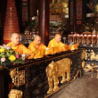 Praying at Baoguo monastery, Leshan, China - Foto Stock