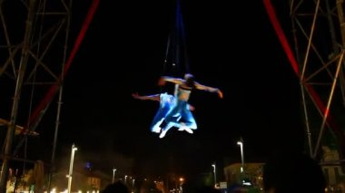 Circus acrobats hanging on net in mid air — Stock Video