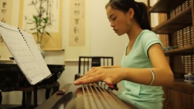 A woman plays traditional Chinese musical instrument — Stock Video