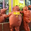 Firefighters practice sealing of leak from corrosive toxic hazardous material - 图库照片