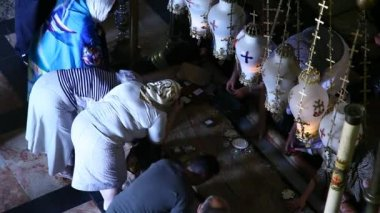 Christian pilgrims-the Stone of the Anointing in Church of the Holy Sepulchre — Stock Video