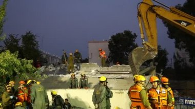 Soldiers search for earthquake casualties digging through the rubble — Stock Video