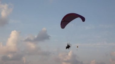 Motorized powered parachute in the sky — Stok video