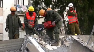 Soldiers cut through steel during earthquake drill — Stock Video