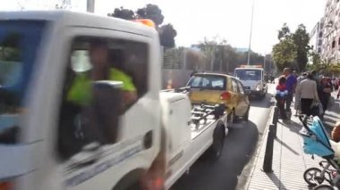 Spanish Police and city reps tow cars to keep thing in order — Stock Video