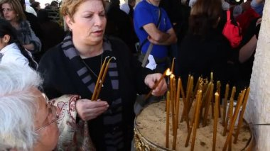 Pilgrim light candles at baptismal site in the Jordan River Holy Land Israel — Stock Video