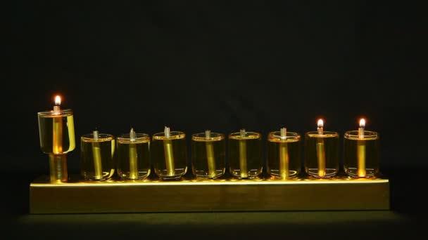 2 flammes en hanukia fait des lanternes à l'huile d'olive — Vidéo