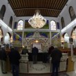 Believers pray afternoon prayer in Bushaief Synagogue - Foto Stock