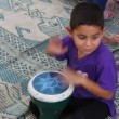 Young boy plays the Darbuka drum - Foto Stock