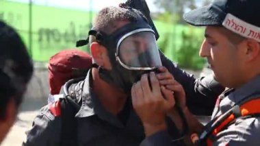 Firefighter applies air mask during forest fires in Kiryat Tivon, Israel — Stock Video