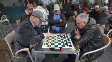 Retired persons senior citizens play Chess — Vidéo
