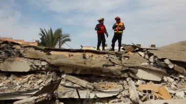 Firefighters search for earthquake casualties digging through the rubble — Stock Video