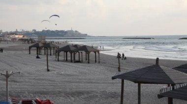 Tel aviv jaffa i̇srail beach shoreline motorlu paraşütler ile manzarası — Stok video
