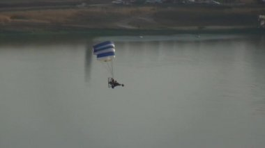 Motorized parachute flies during competition of ultralight airplanes — Stock Video