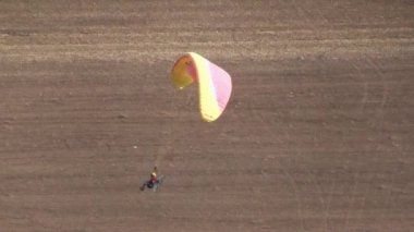 Motorized parachute takes off during competition of ultralight airplanes — Stok video