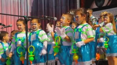 Kids with pacifier costume sing during the Murga competition of the carnival — Stock Video