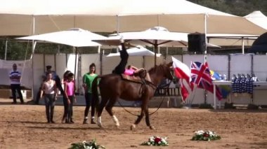Young girls demonstrate vaulting riding on Arabian horse — Stock Video
