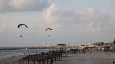 Tel aviv i̇srail beach shoreline motorlu paraşütler ile manzarası — Stok video