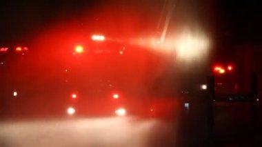Knipperende brandweerman dringende waarschuwing lichten brand vrachtwagen — Stockvideo