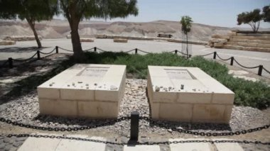 Graves of Pola and David Ben Gurion, the first Prime Minister of Israel — Stock Video