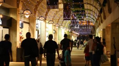 Tourists and locals enjoy a stroll in Mamilla open shopping mall — Stock Video