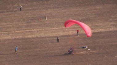 Motorized parachute takes off during competition of ultralight airplanes — Stock Video