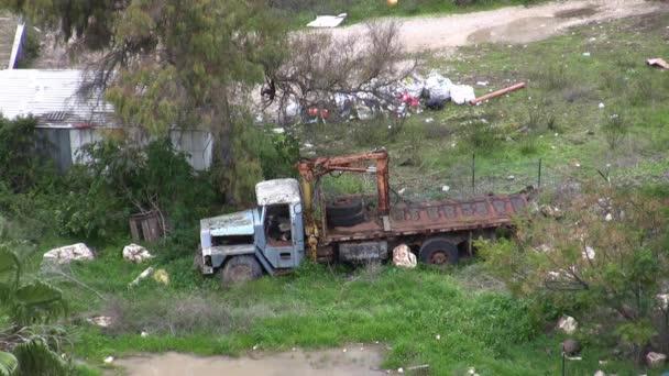 Camioneta abandonada en el barrio pobre — Vídeo de stock