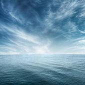 Masmavi denizi ve bulutlu gökyüzü — Stok fotoğraf