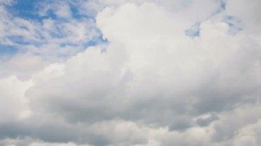движущиеся облака и промежуток времени голубое небо — Стоковое видео