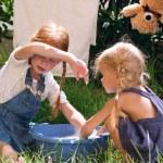 Mädchen sind Spielzeug waschen. — Stockfoto