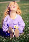 A little girl in a meadow — Stock Photo