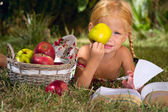 A girl and a basket of apples — Stock Photo
