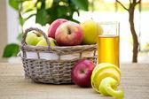 Kosz jabłek i szkła — Zdjęcie stockowe