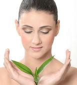 Mladá žena s zelený list — Stock fotografie